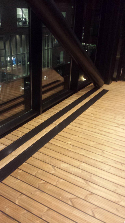 Operaen i Bjørvika, Oslo. E-100 nedfelt med ramme. Farge mørk brun.!