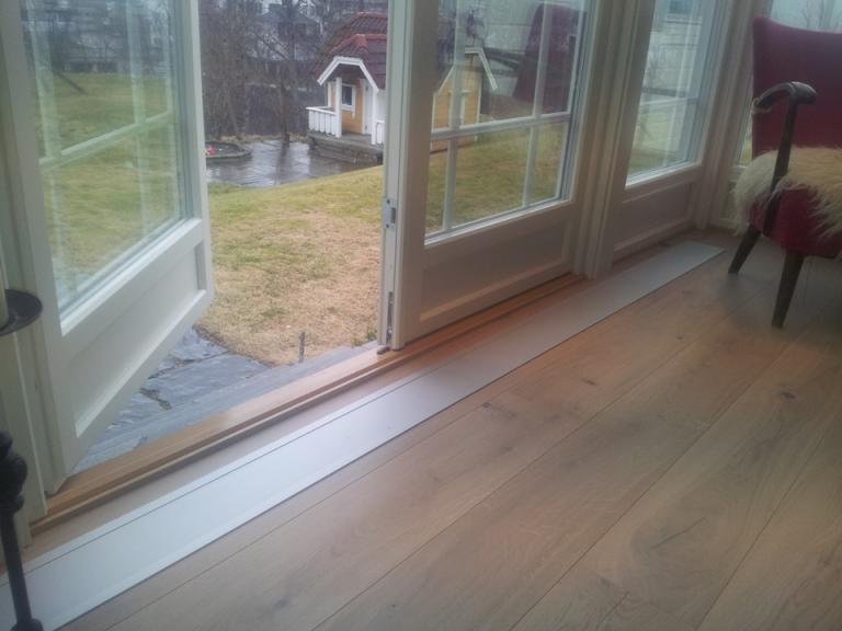 Villa i Holmenkollen. E-100 nedfelt med ramme. Farge eloksert aluminium (standard).!