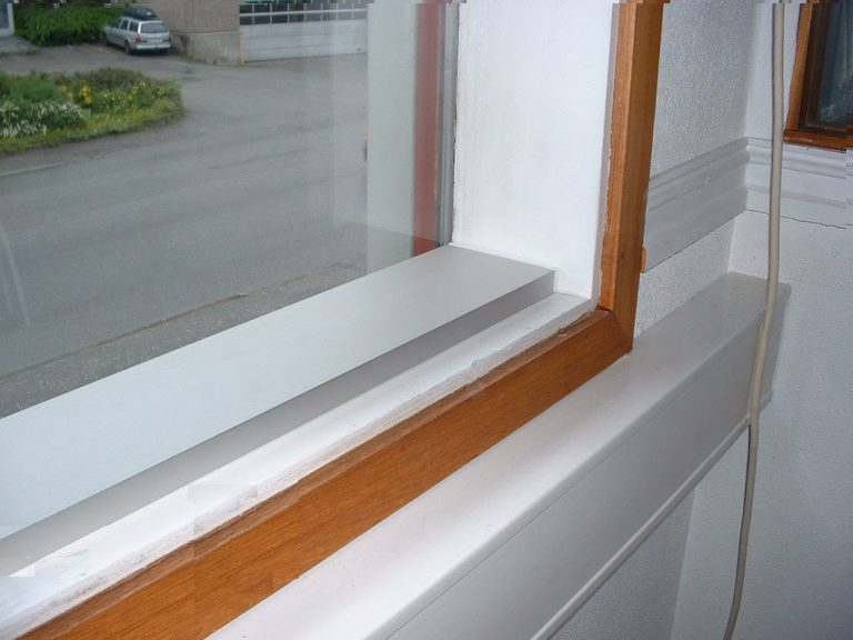 Varmelist E-100 uten ramme lagt direkte i vinduskarm i eldre bolig.!